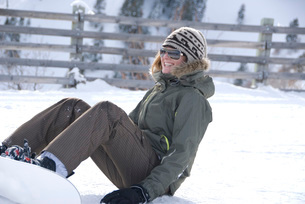 Young woman snowboardingの写真素材 [FYI01998133]