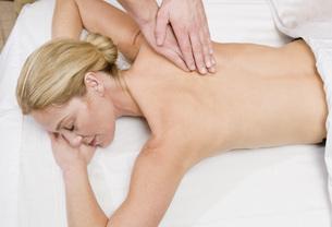 Woman receiving massageの写真素材 [FYI01998134]