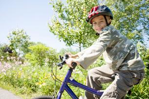 Boy riding bicycleの写真素材 [FYI01998193]
