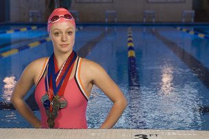 Female swimmer wearing medalsの写真素材 [FYI01998246]