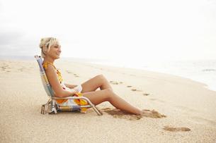 Woman sitting in beach chairの写真素材 [FYI01998260]