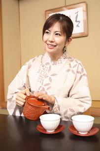 お茶を入れる浴衣女性の写真素材 [FYI01998266]
