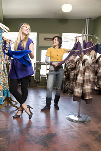 Women shopping for clothingの写真素材 [FYI01998272]