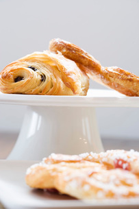Close up of pastries on cake standの写真素材 [FYI01998304]