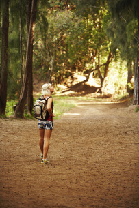 Woman hiking in woodsの写真素材 [FYI01998342]