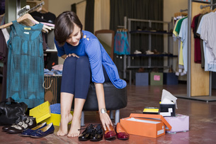 Woman shopping for shoesの写真素材 [FYI01998345]