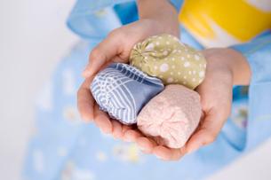 お手玉を持った女性の手の写真素材 [FYI01998348]