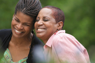 African women laughing outdoorsの写真素材 [FYI01998356]