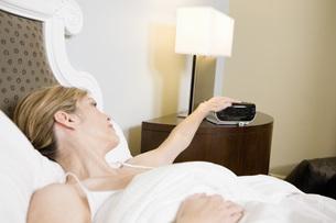 Woman setting alarm clockの写真素材 [FYI01998363]