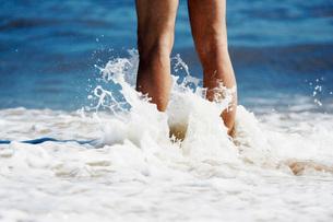 Person standing in ocean surfの写真素材 [FYI01998367]