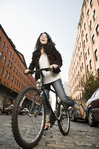Woman riding bicycleの写真素材 [FYI01998393]