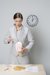 Businesswoman eating take out foodの写真素材 [FYI01998406]
