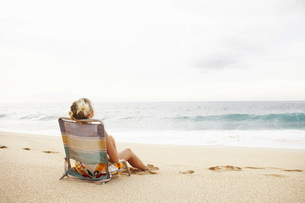 Woman sitting in beach chairの写真素材 [FYI01998414]