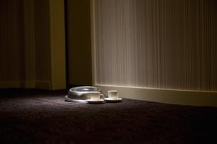 Hotel room service dishes on floorの写真素材 [FYI01998443]