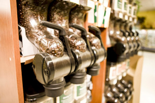 Close up of coffee bean dispenser in grocery storeの写真素材 [FYI01998491]