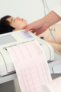 男性患者と心電図のグラフの写真素材 [FYI01998515]