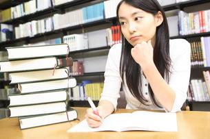 図書室で勉強する学生の写真素材 [FYI01998593]