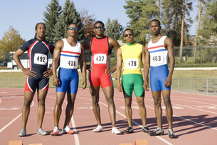 Male runners standing on trackの写真素材 [FYI01998607]