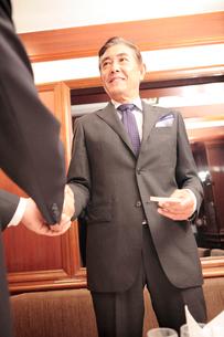 握手する社長の写真素材 [FYI01998617]