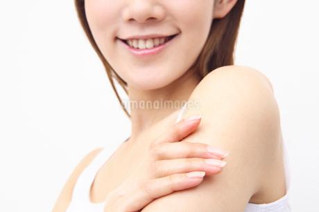 化粧水を使う女性の写真素材 [FYI01998668]