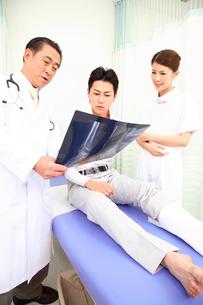 患者とレントゲンを見る医者と看護師の写真素材 [FYI01998676]