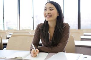 教室で勉強する女子大学生の写真素材 [FYI01998679]