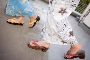 浴衣を着た女性の足元の写真素材 [FYI01998728]