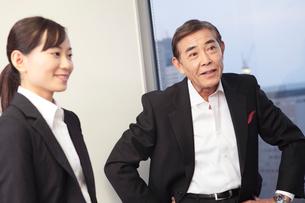 歓談中の社長と秘書の写真素材 [FYI01998742]