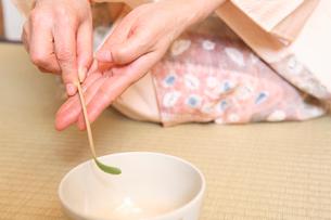 抹茶を茶碗に入れる女性の手元の写真素材 [FYI01998744]