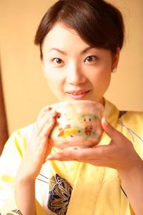 お茶を飲む女性の写真素材 [FYI01998747]