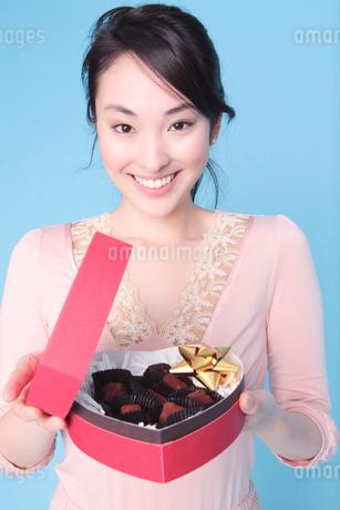 プレゼントを手渡しする女性の写真素材 [FYI01998758]