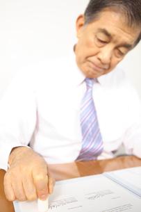 書類にハンコを押す社長の写真素材 [FYI01998808]
