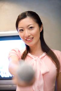 カラオケをする女性の写真素材 [FYI01998846]
