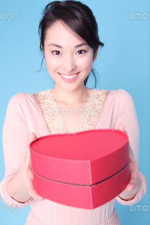 プレゼントを手渡しする女性の写真素材 [FYI01998870]