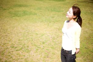 日向ぼっこをする女性の写真素材 [FYI01998899]