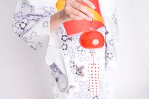 風鈴を持った女性の手の写真素材 [FYI01998936]