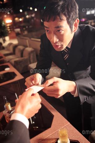 名刺交換をする男性の写真素材 [FYI01998961]