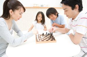 チェスをしている家族の写真素材 [FYI01998995]