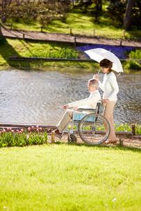 車椅子に乗った夫を介護する妻の写真素材 [FYI01999015]