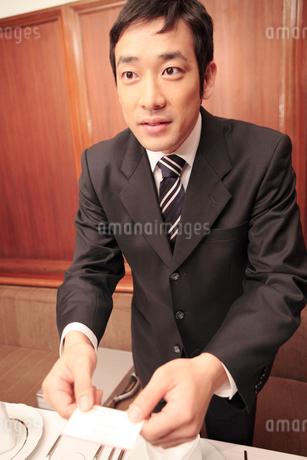 名刺交換するビジネスマンの写真素材 [FYI01999048]