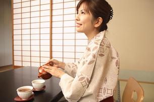お茶を入れる浴衣女性の写真素材 [FYI01999063]