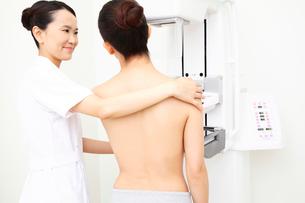 乳がんの検査を受ける患者とサポートする技師の写真素材 [FYI01999089]