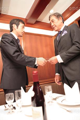 レストランで名刺交換の写真素材 [FYI01999109]