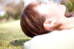 日向ぼっこをする女性の写真素材 [FYI01999136]