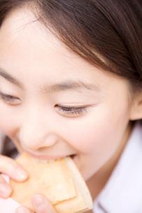 クレープを食べる女性の写真素材 [FYI01999139]
