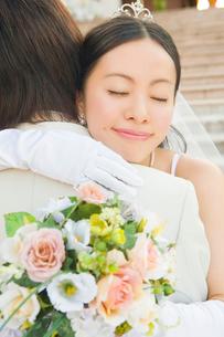 新郎に抱きつく新婦の写真素材 [FYI01999210]