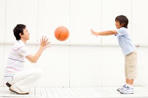 バスケットボールをしている父子の写真素材 [FYI01999218]
