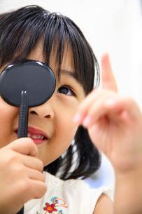 視力検査を受ける女の子の写真素材 [FYI01999221]
