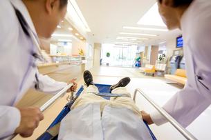 緊急患者を運ぶ医者の写真素材 [FYI01999307]