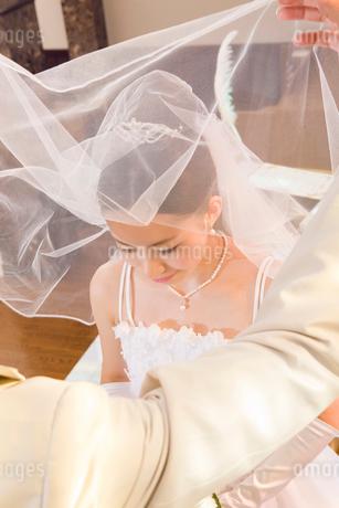 ベールを上げられる新婦の写真素材 [FYI01999356]